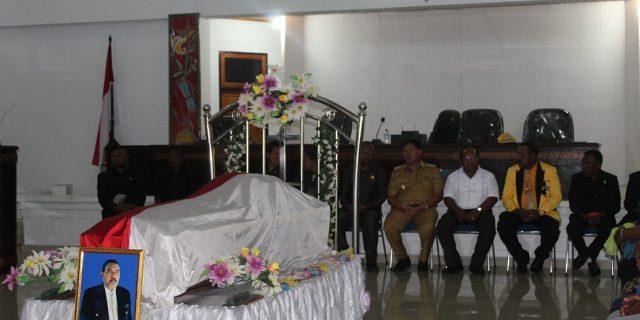 Jenazah Mantan Ketua DPRD Jonatan Mansai Disemayamkan di Gedung DPRD Yapen.