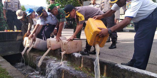 Polres Yapen Musnahkan 140 Liter Miras Lokal Jenis Bobo