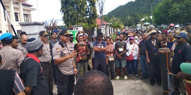 Puluhan Massa dari Pihak Terdakwa Ikuti Sidang Pencemaran Nama Baik Bupati Kepulauan Yapen