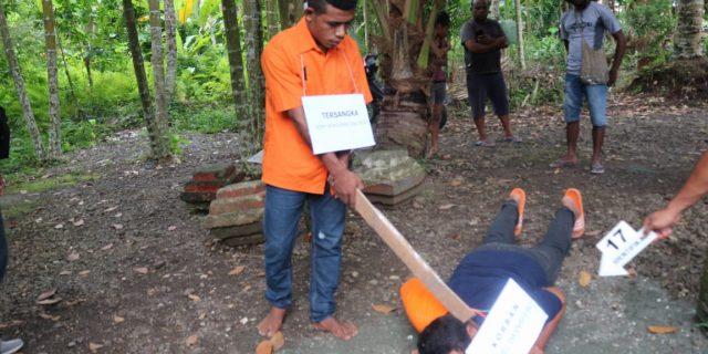 Dipengaruhi Alkohol, Seorang Pemuda Yapen Aniaya Teman Sekampung Hingga Meninggal, Polisi Gelar Rekonstruksi